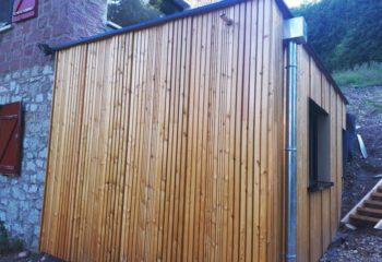 Extension en bois d'une maison en pierre bardage 2