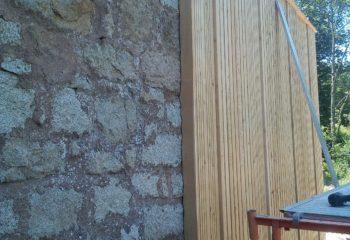 Extension en bois d'une maison en pierre pose bardage